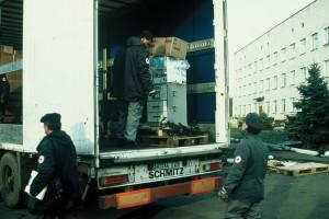 Abladen eines LKWs vor dem Krankenhaus Uljanowka