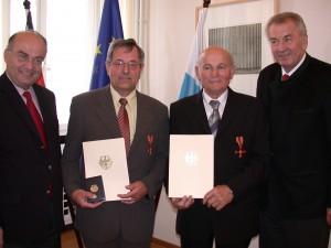Verleihung des Bundesverdienstkreuzes an Alois Beierlein (2. v. links) und Adolf Lorenz (3. v. links)