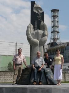 Alois Baierlein, Dr. Josef Ziegler, Mila Pavan, Natascha Prichodko (v. links) vor dem Reaktor im Juli 2007